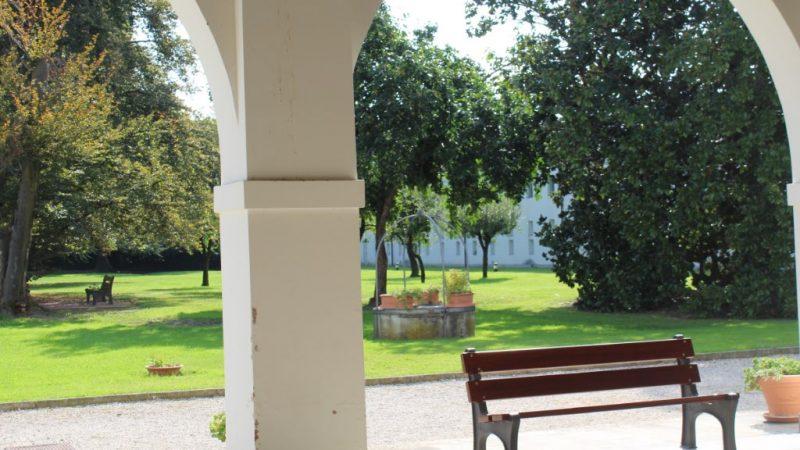 sottoportico con vista sul giardino