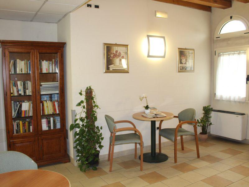 la piccola biblioteca della residenza