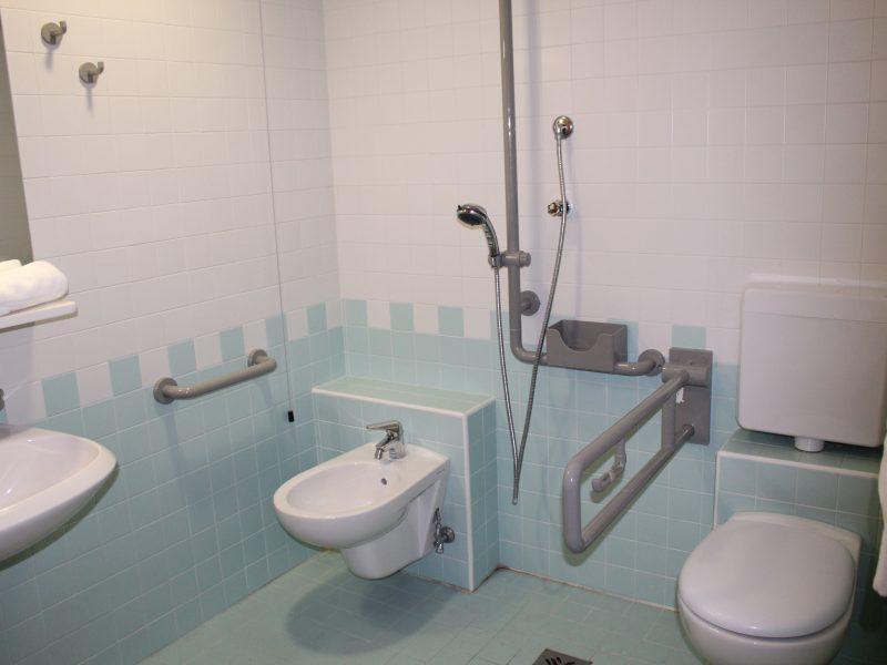 un bagno attrezzato per disabili