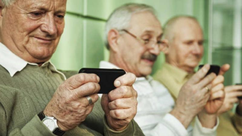 anziani che usano smartphone