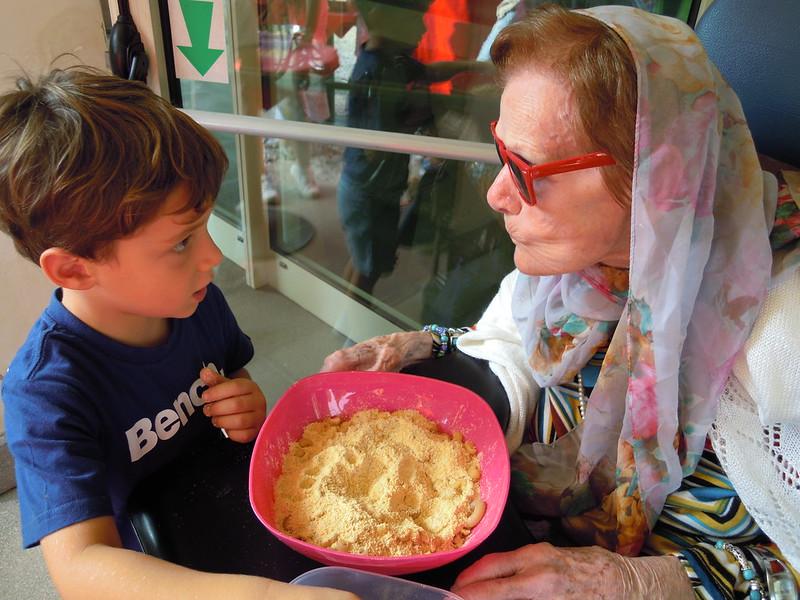 Nonna e nipote preparano la pasta